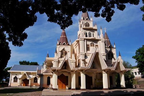 La cathédrale de Larantuka, meringue de béton construite autour de l'édifice portugais, accueille plus de 10.000 fidèles lors des messes pascales (www.flickr.com/xplr_indonesia).