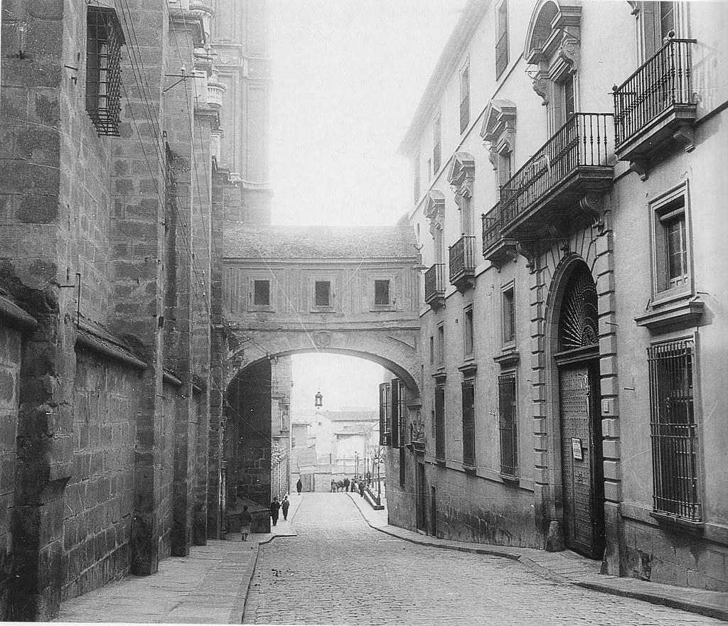 Arco de Palacio a comienzos del siglo XX. Fotografía Rodríguez