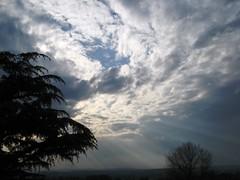 (Chichibea) Tags: casa nuvole nuvola sole umbria raggi nuvoloso cedro ariaprofumata