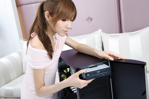 Chinese Girl Shows You How to Build a PC