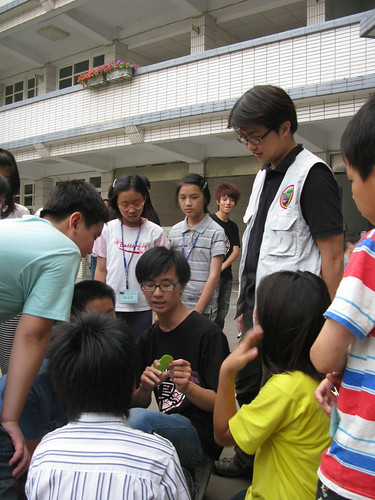 20100320雲林林內國小紫蝶營由偉豪擔任講師在一旁看著活動進行