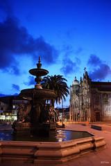 Parada Leito Square - Porto, Portugal (Sr. Fernandez) Tags: light sunset luz portugal fountain canon atardecer eos fuente porto eos450d 450d flickraward paradaleito
