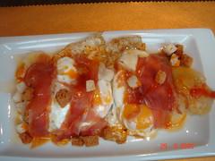 Huevo frito de corral con lascas de pan crujiente y jamón ibérico