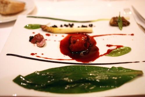 Râble de lapin confit, feuille d'ail verte asperge, morille et purée d'ail noir