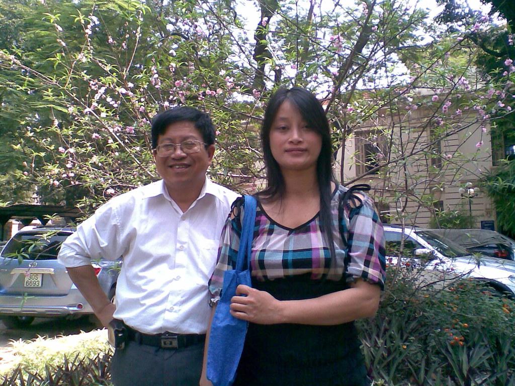TS.Tran Manh Tien va NCS.Pham Thi Xuan Chau truoc Thu Vien Quoc gia Viet nam,sang thu sau ngay 26/2/2010