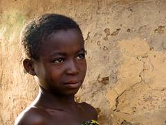 portrait d'enfant-Benin (Justinsoul) Tags: voyage africa leica trip travel portrait people girl face flickr faces retrato cara portrt afrika benin paysage enfant pays ritratto pais gens visage afrique      atakora vlux1     otammari fluidr justinsoul