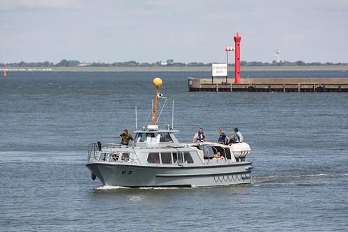 Deutsche Marine: Verkehrsboot V 3 im Vorhafen in Wilhelmshaven