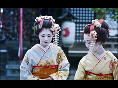 In the rain (Fabio Sabatini) Tags: girls japan canon japanese blog kyoto dof 100mm depthoffield maiko geiko geisha    gion f2 honshu  kanzashi