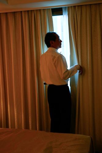 父親在房間裡,從窗外看出去,不知道是否看向女兒?