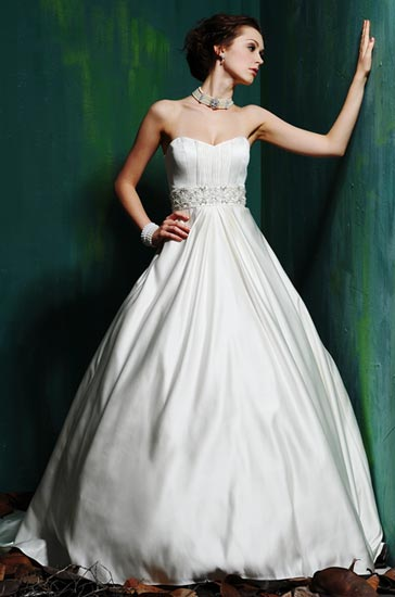 Model A-Line and strapless gown for the wedding.