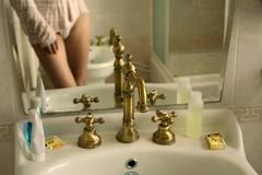 Días suaves_MELANCOLÍAS (aninaz) Tags: color mujer espejo ducha mano vacaciones baño suave lavabo joven dorado pijama timisoara piernas fotografía jabón delicado rumanía luzsuave bidé griferíaitaliana