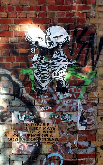 2009.12.04_Skeletons embrace_Melb street_400w