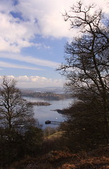 3291_C1 (pablohend) Tags: sky tree water clouds landscape lago scotland pier agua paisaje escocia cielo rbol loch lochlomond luss parquenacional argyllandbute lochlomondnationalpark a82 lusspier
