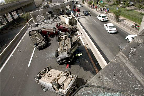 Vehículos volcados en una carretera