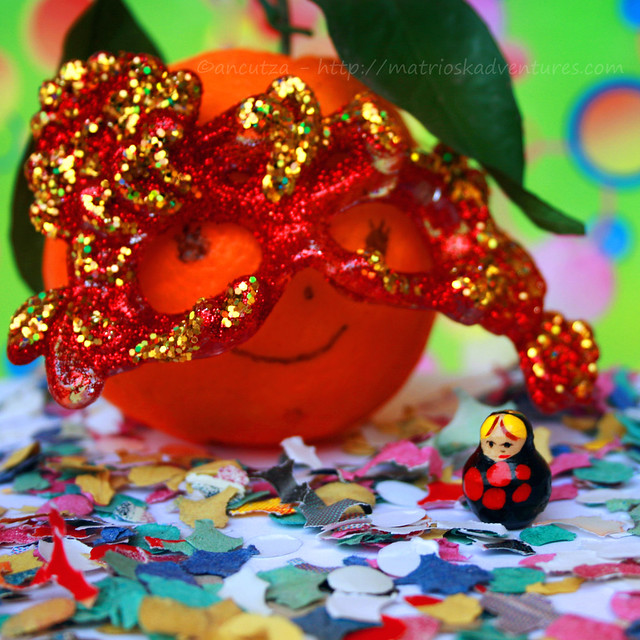 arancia divertente con maschera da carnevale