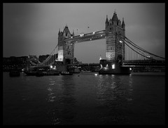 tower. (jh.tt) Tags: blackandwhite london towerbridge pb londres pretoebranco torredelondres