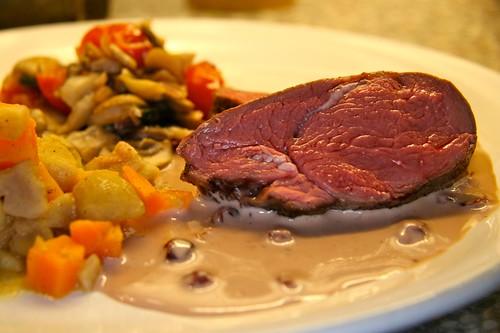 Hirschentrecôte mit Preiselbeer-Rahmsauce und zweierlei Gemüse