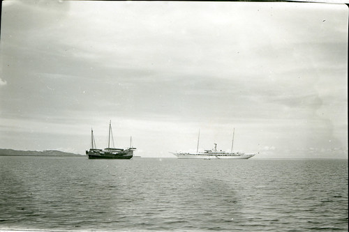 Casiana, President Quezon's yacht, approaching the Cheng Ho