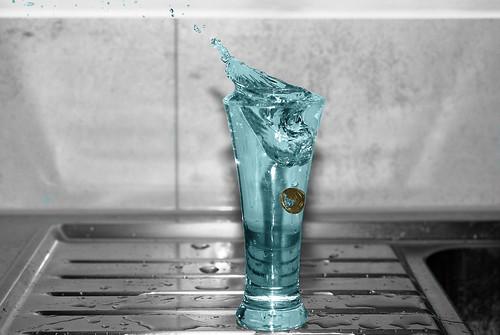 20-Cent-Stück fliegt in Wasserglas