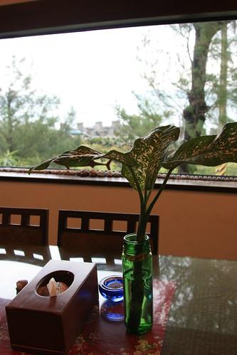 用餐的大廳也有整片看海的玻璃窗