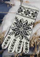 White and black selbugloves (Lone.S) Tags: fair gloves isle selbuvotter selbustrikk selbumnster selbuhansker selbugloves selbuoppskrift
