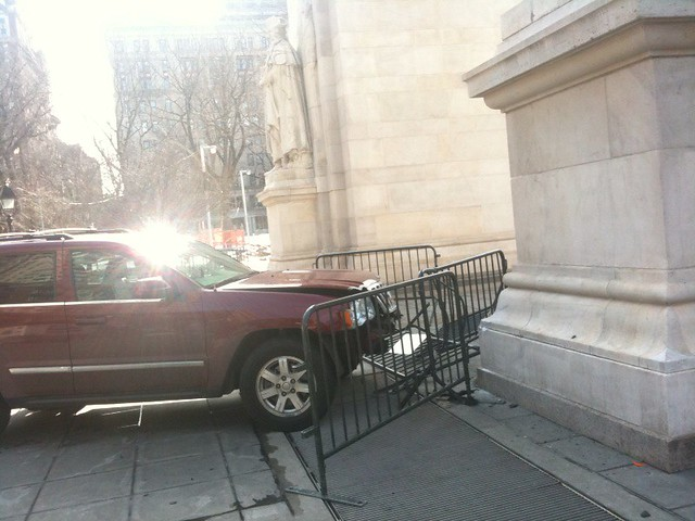 a truck went through some barriers at washington sq park and almost hit the monument #walkingtoworktoday