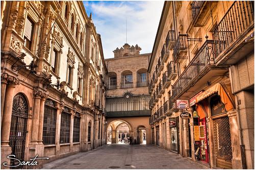 Calle Zamora llegando a la plaza, el reloj