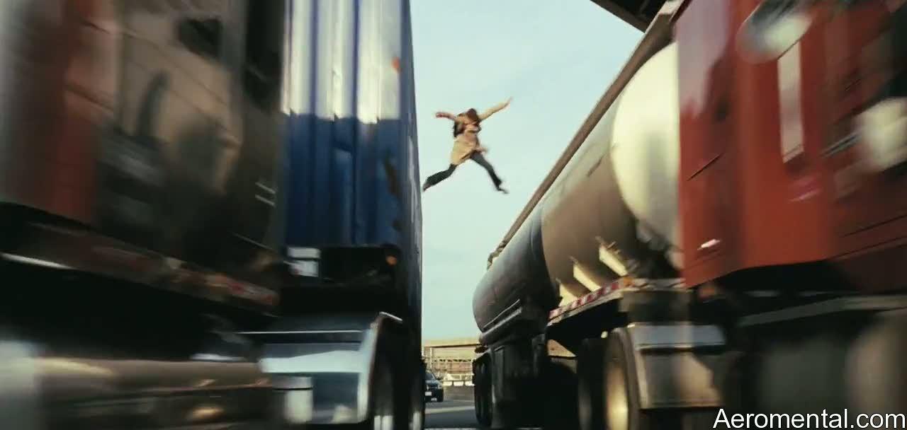 Angelina Jolie Salt saltando entre camiones