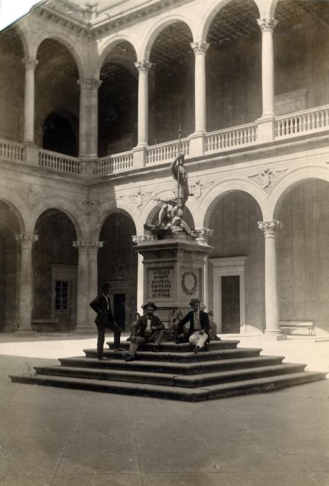 Patio del Alcázar en junio de 1905. Fotógrafo anónimo. Colección Luis Alba. Ayuntamiento de Toledo