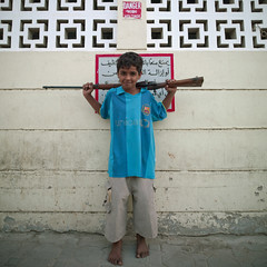 Boy with a rifle on his shoulders in Salalah, Oman (Eric Lafforgue) Tags: barcelona unicef boy portrait football kid gun barca child weapon arabia oman enfant garcon omn salalah arme  omani sultanate dhofar arabie  traveldestination sultanat arabianpeninsula om  omo umman omaan barecelone dhufar   omanais   omna omanas umn penisulearabique southoman  4459557