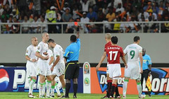 L'Arbitre 4 - 0 Algrie! (menosultra) Tags: cup algeria football team african soccer egypt can mai national algerie coupe algrie karim 2010 angola afrique   socer ziani lquipe    algrienne  matmour yebda haliche