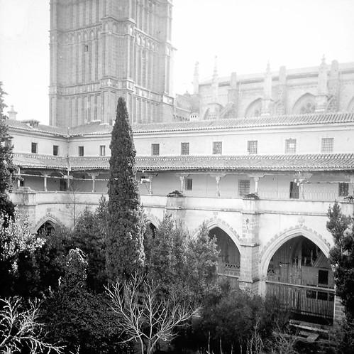 Claustro de la Catedral de Toledo a finales del siglo XIX. Fotografía de Alexander Lamont Henderson