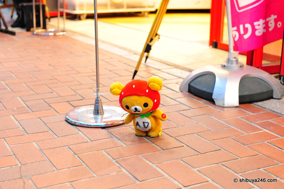 Rilakkuma looks like he is doing some part time work here attracting people to the game centre.