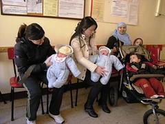 Mamme cinesi all'interno di un asilo nido a Bologna