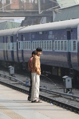 Delhi, India (JEFF.ARNOLD) Tags: india kids asia delhi culture trainstation urinate peeing earthasia jeffarnold