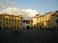 anfiteatro di Lucca (erix!) Tags: houses italy italia lucca tuscany toscana touristtrap ef anfiteatro