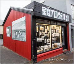 Le photographe rouge (Christophe Hamieau) Tags: continentsetpays europe is isl iceland islande reykjavik hotograph house magasin maison photographe rue shop street