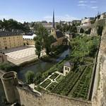 Luxembourg- vieille ville: Vue sur la Vallée de l'Alzette, l'ancienne Abbaye de Neumünster, le rocher du Bock et les jardins