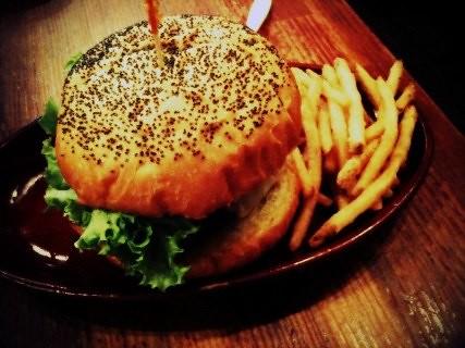 食欲ないので、あえてクアアイナでチーズバーガーを食す。