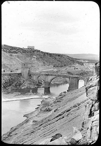 Puente de San Martín en 1907. Fotografía de Roy Lucien. Société Française d'Archéologie et Ministère de la Culture (France), Médiathèque de l'architecture et du patrimoine (archives photographiques) diffusion RMN