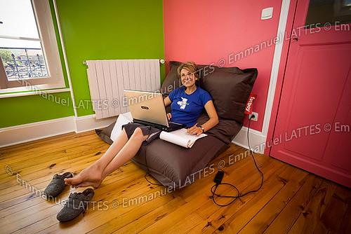 Jeune femme travaillant sur son ordinateur portable à la maison.