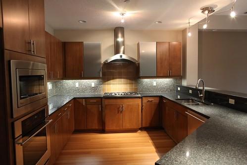 Duże wnętrze kuchni otwarte na salon