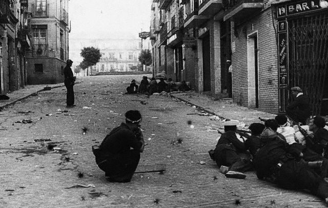Combates en Toledo el 25-7-1936. Image by © Hulton-Deutsch Collection/CORBIS