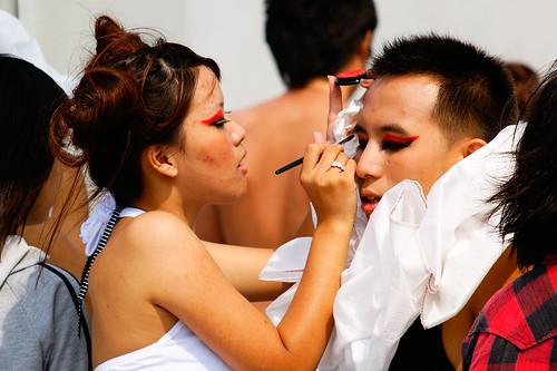 學生彼此為對方粉墨上妝