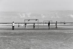 Etrange partie sans ballon (Goazily) Tags: football horizon dune but plage paysbas schiermonnikoog hollande