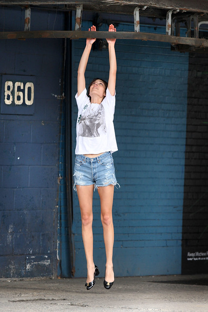 Preppie_-_Alexa_Chung_hangs_around_and_has_fun_with_friends_in_New_York_City_3163
