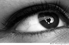 Occhi a forma di cuore? ([L] di .zuma) Tags: bw bn cuore occhio biancoenero eyeliner riflesso