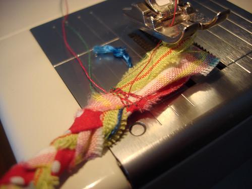 geflochtene Stoffstreifen unter der Nähmaschine