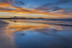 *Playa de Famara @ Golden Hour* (Albert Wirtz @ Landscape and Nature Photography) Tags: spanien spain lanzarote canaryislands kanaren kanarischeinseln sea atlantik atlanticocean beach sand famara playadefamara lacaleta albertwirtz goldenhour goldenestunde bluehour blauestunde twilight nachsonnenuntergang aftersunset reflections spiegelung abendrot alpenglow caletadefamara islascanarias canarias paisajesislascanarias landscape thegoldenhour