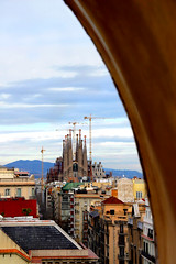 A view from Barcelona... (evilmade) Tags: barcelona house colour temple nikon view apartment evil catalonia unesco diagonal chiesa architect vista d200 sagradafamilia barcellona pedrera casamil scorcio vincenzo mil terrazzo piso appartamento templeexpiatoridelasagradafamilia evilmade contrastocolori peremil giamundo gaudanton juntaconstructora passeigdegrciacontrast